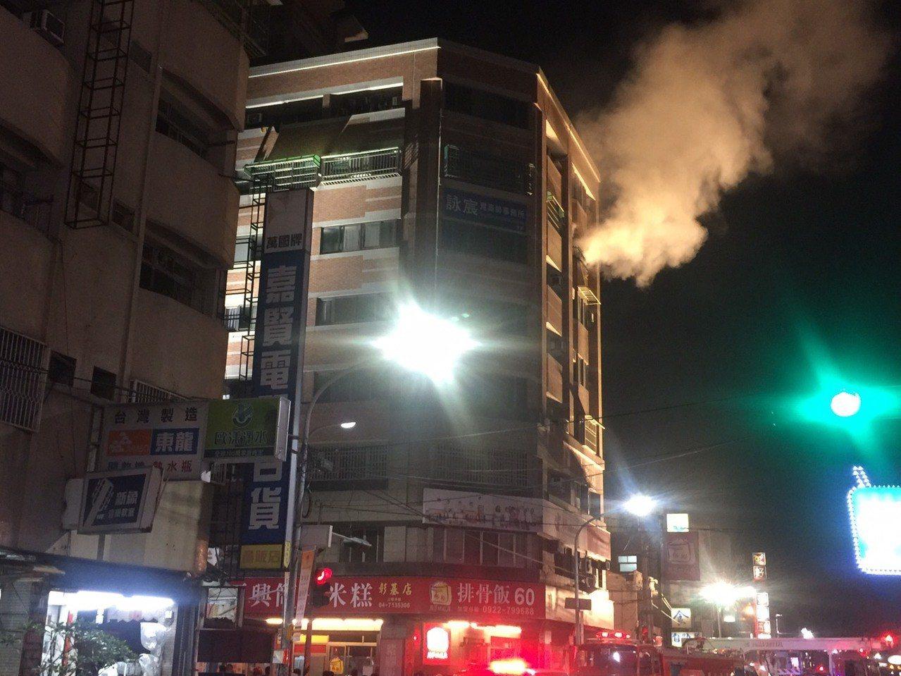 彰化市中興路晚間發生集合式住宅火警,火勢已控制。記者劉明岩/攝影