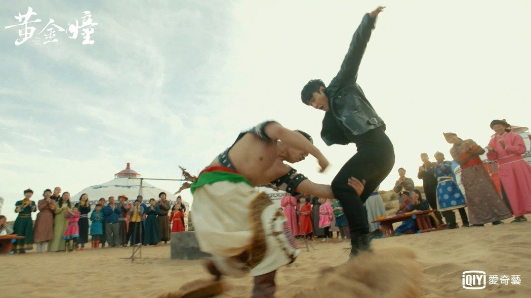 張藝興(右)摔角戲碼親自上陣。圖/愛奇藝台灣站提供