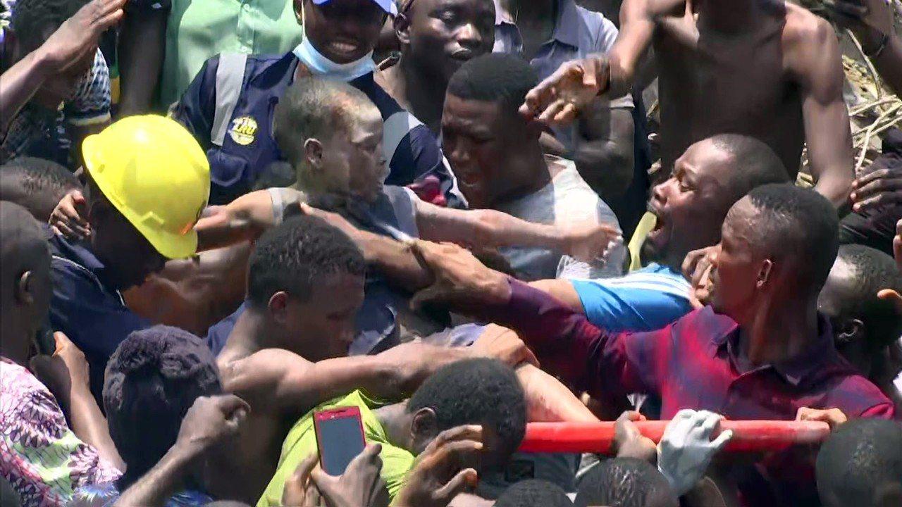 奈及利亞拉哥斯一棟校舍13日坍塌,救難人員從瓦礫堆中救出一名受傷學童。美聯社