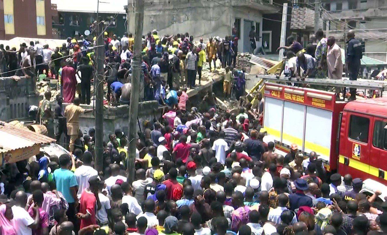 奈及利亞拉哥斯一棟校舍13日坍塌,救難人員在現場搶救受困學童。美聯社