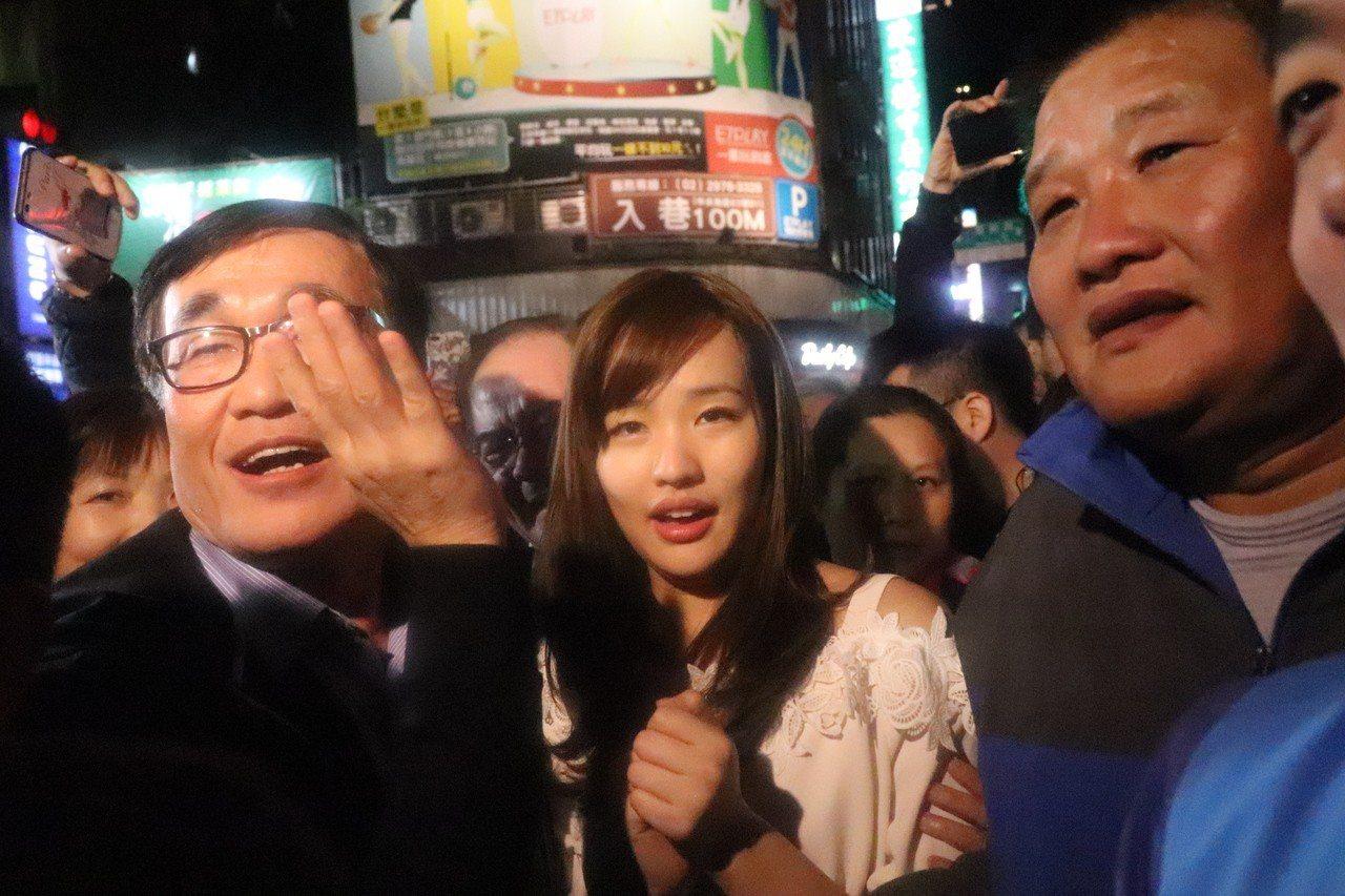 韓冰到現場後,民眾一湧而上,就為了一睹韓冰風采。記者胡瑞玲/攝影