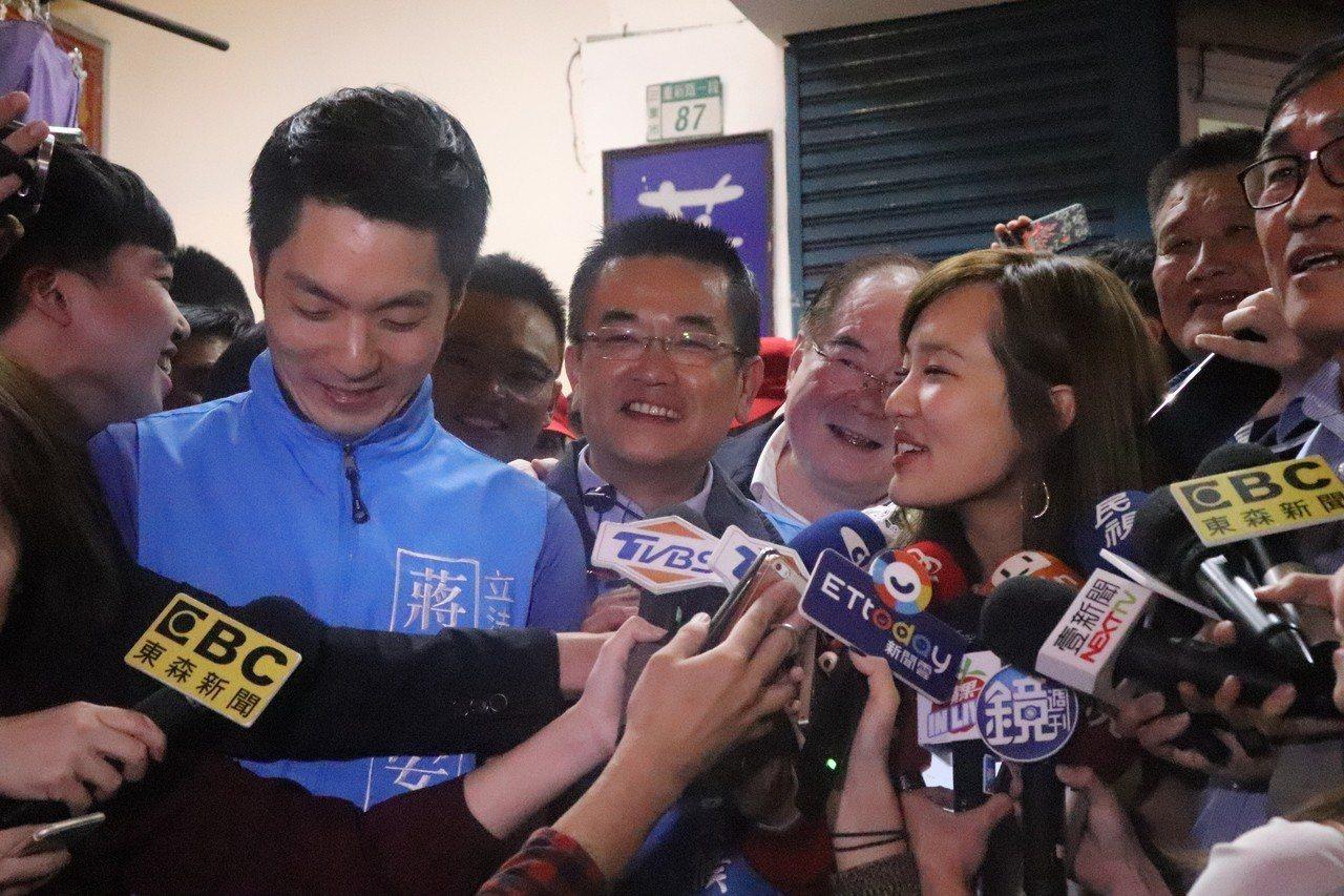 韓冰、蔣萬安來到三重三合市場幫鄭世維輔選。記者胡瑞玲/攝影