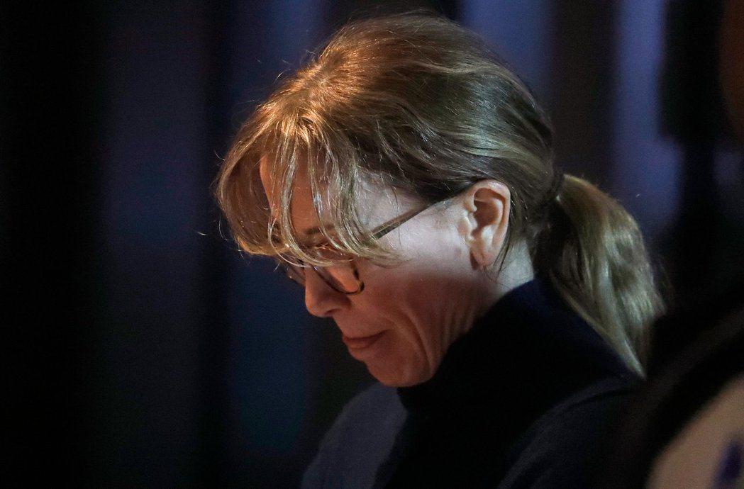 費莉西緹霍夫曼因涉嫌賄賂讓女兒在學測中有更好成績被捕,出庭時表情抑鬱。(路透)