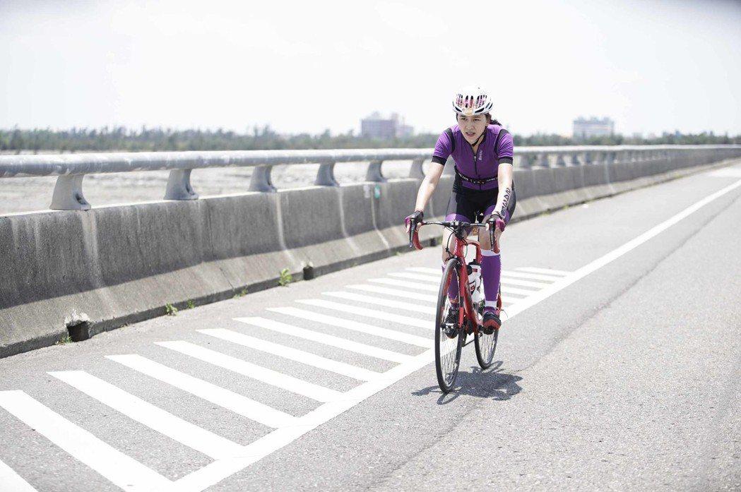 張家慧在台東拍攝騎自行車片段。圖/周子娛樂提供