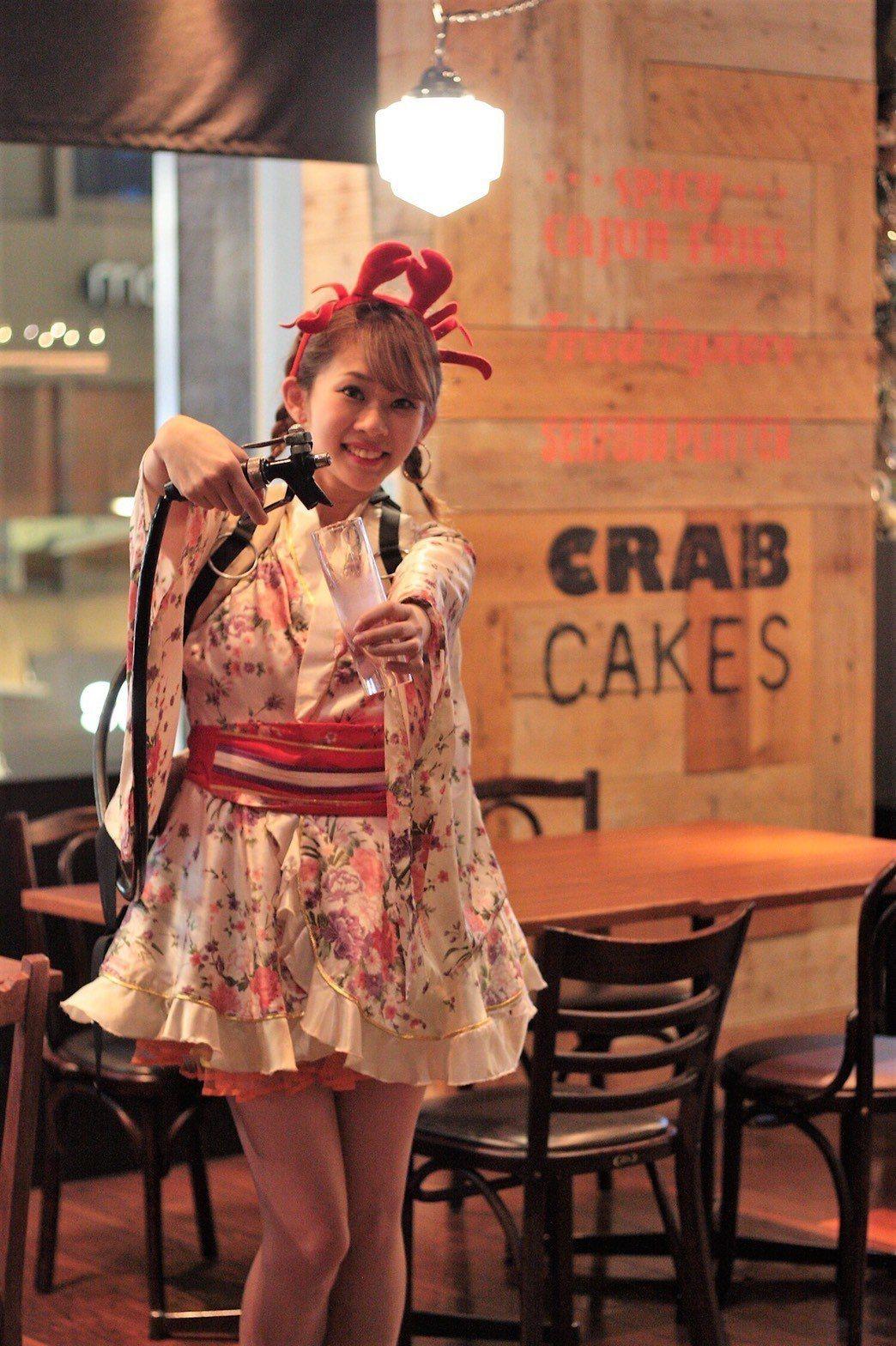 櫻花季活動期間,啤酒女孩也會換上應景的櫻花系服裝。圖/蟹舞提供