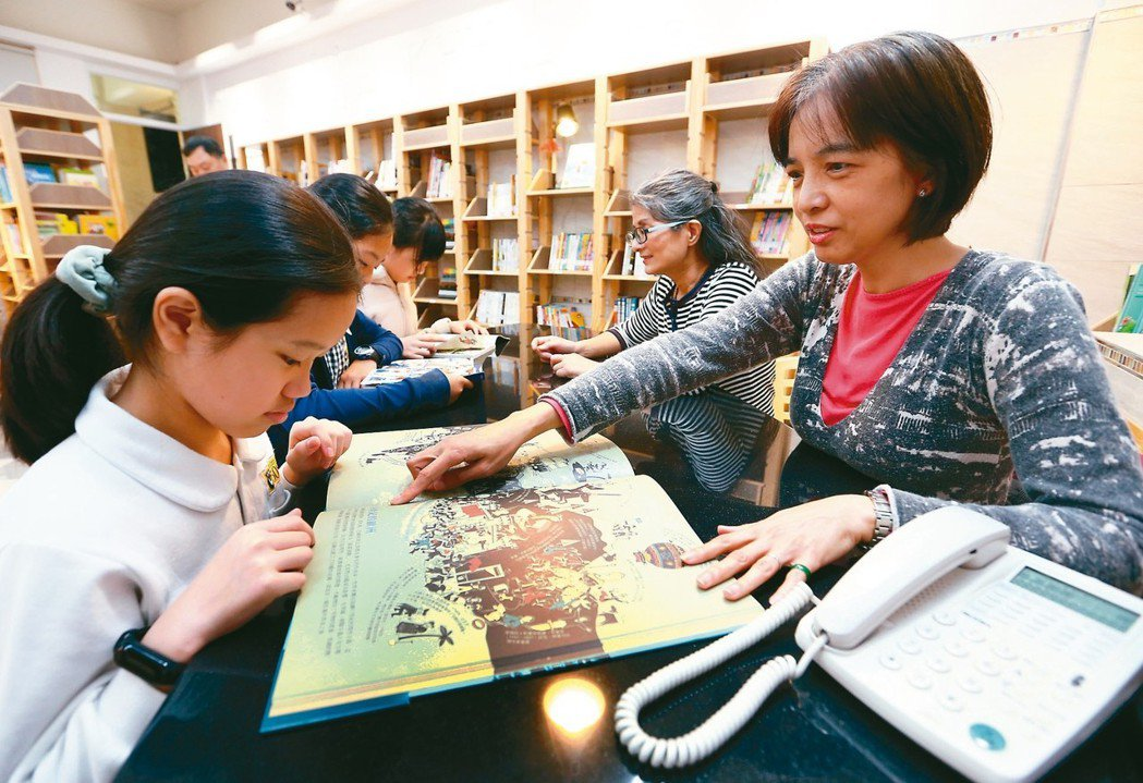北新國小在閒置教室設置社區共讀站,從早到晚,由家長和志工輪值陪伴小朋友享受閱讀的...