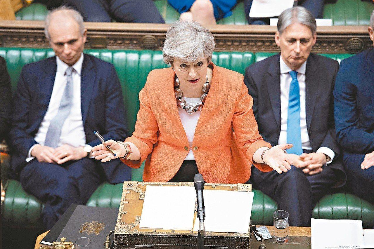 英國首相梅伊(中)十二日忍著喉嚨痛,以沙啞聲音在國會演說為她的脫歐協議拉票。 (...