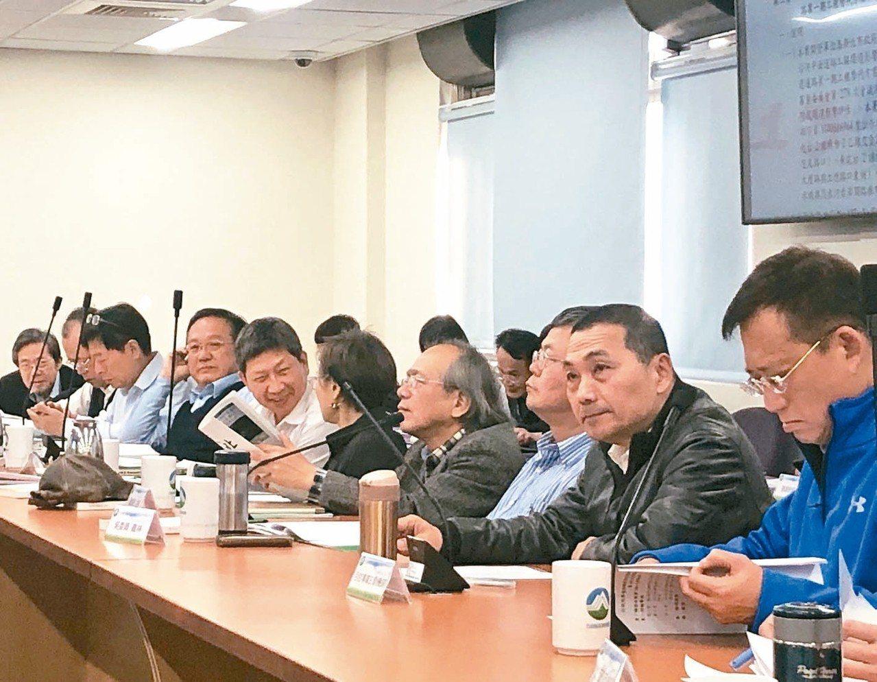 新北市長侯友宜(右二)親自督軍環評大會。 記者侯俐安/攝影