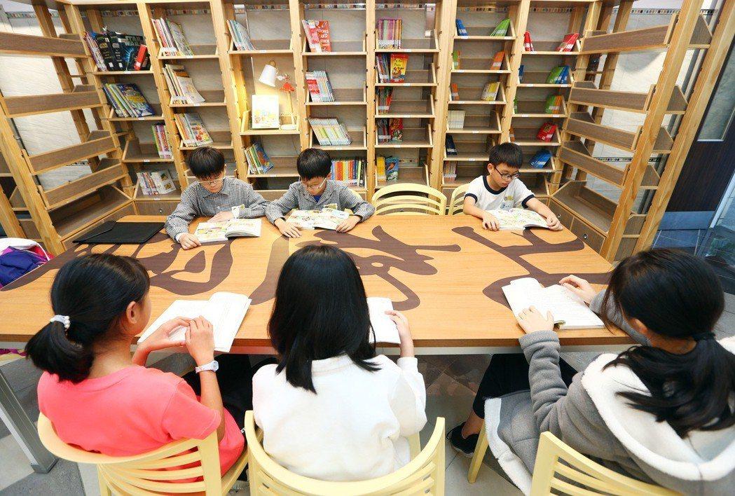 專家認為打開學校圖書館的大門便是「學校社區化」的最好方式。圖為新北市北新國小社區...