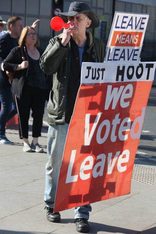 英國脫歐日期(3月29日)迫近,英國民眾走上街頭,宣示各自不同的主張。圖為脫歐支...