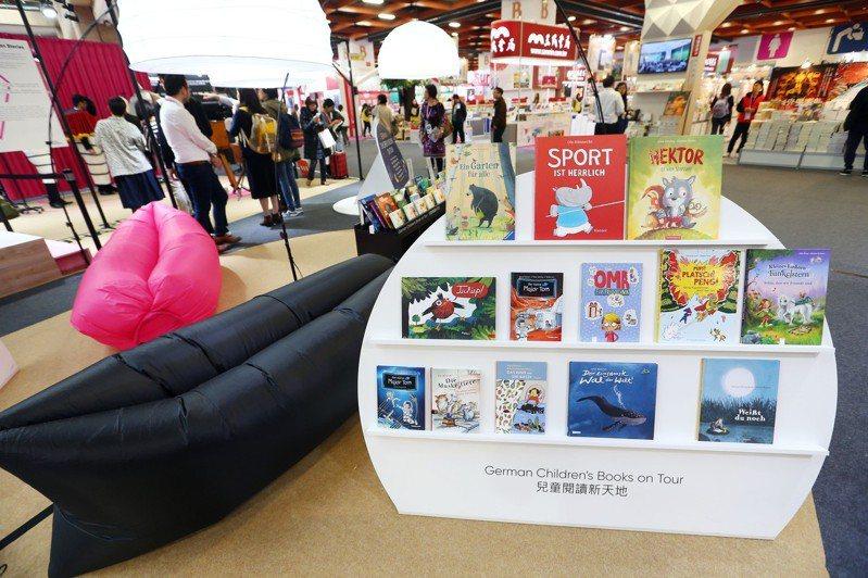 第27屆台北國際書展德國主題館的現場布置有許多特殊造型的座椅,供書迷與親子輕鬆看書,享受閱讀的樂趣。圖/聯合報系資料照片