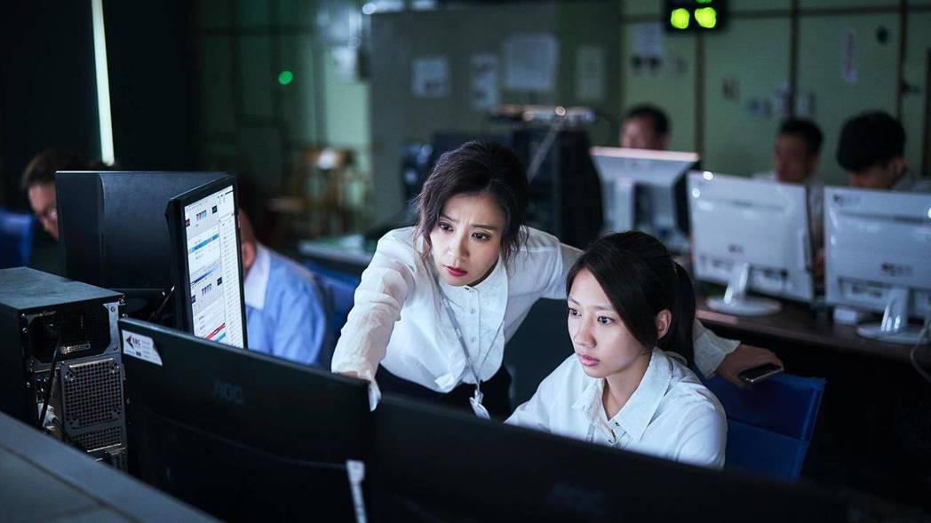 賈靜雯(左)在「我們與惡的距離」中飾演陳妤的上司。圖/公視提供