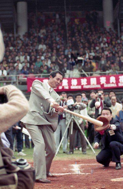 職棒元年「世界全壘打王」王貞治特地來台擔任貴賓,在開球儀式擔任打者,揮出象徵性的...