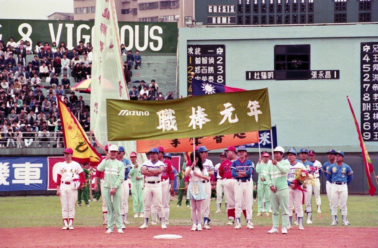 中華職棒在1990年3月17日開打,兄弟象、統一獅、味全龍、三商虎隊共87位球員...