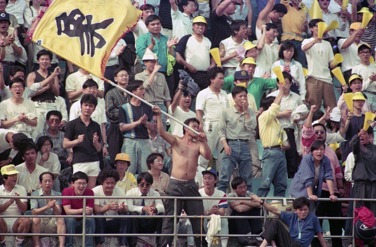 職棒元年端午節原本中午開打卻因雨延賽的象虎戰,在球迷抗議下緊急於晚間開打,還是吸...