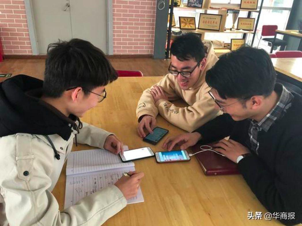 由4名西安交通大學大三男生創的誇誇群一路紅到上了媒體,他們稱建群的初衷是傳播快樂...
