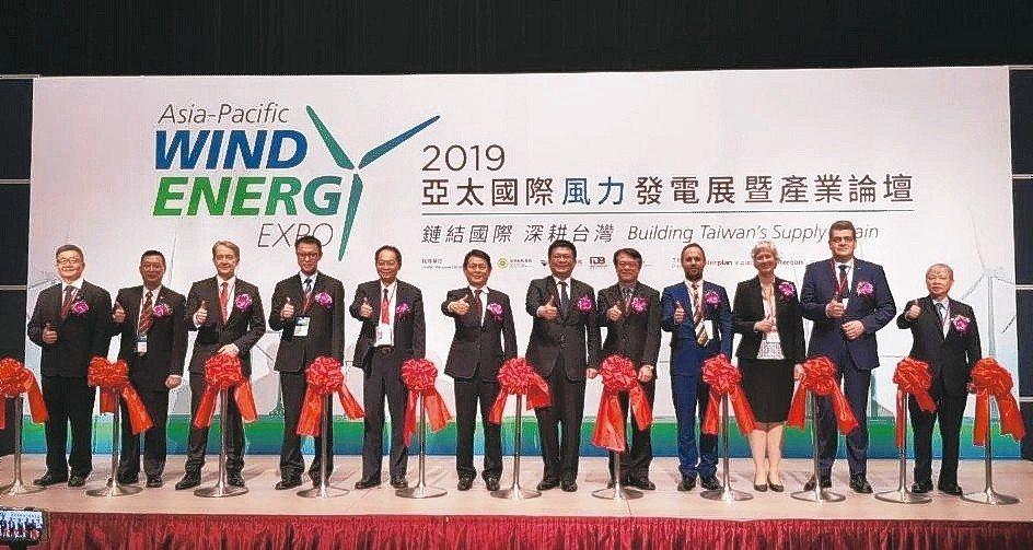 全台唯一,亞洲第二大的「亞太國際風力發電展」在高雄展覽館盛大開展。 李福忠/攝影