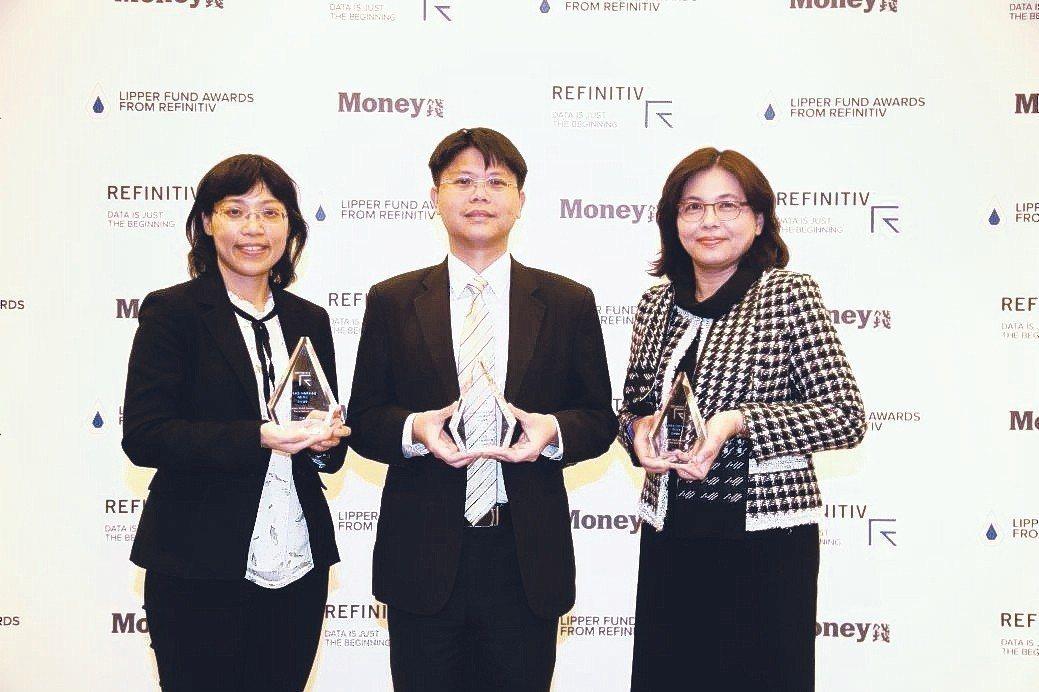 富達投資管理部主管張翠玲(左起)、通路業務部副總經理羅介嶸、產品暨行銷部副總經理...