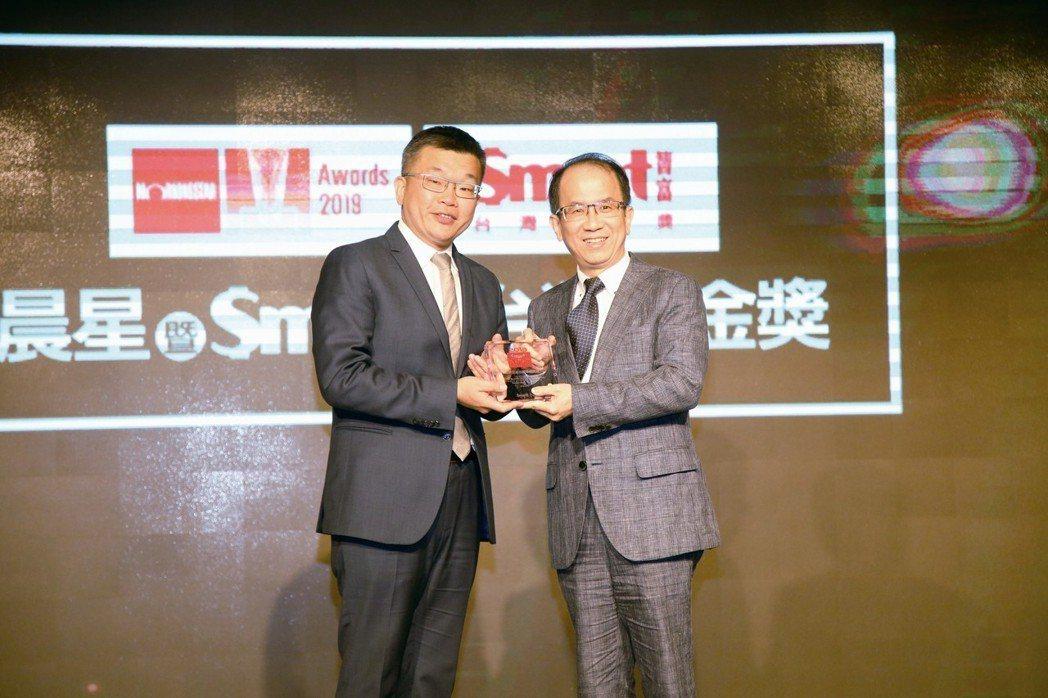復華投信總經理周輝啟(右)代表領取Smart智富台灣基金獎--股票型基金團隊研究...