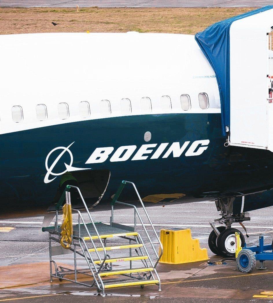 隨著世界各國政府紛紛勒令停飛波音737 MAX飛機,美國運輸部長趙小蘭不僅抗拒停...
