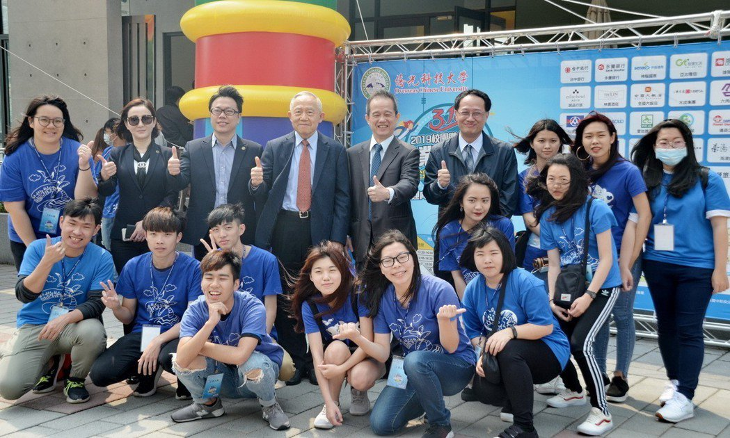 僑光科大董事長陳伯濤(後排左四起)、校長楊敏華與學生合影。 楊聰橋/攝影