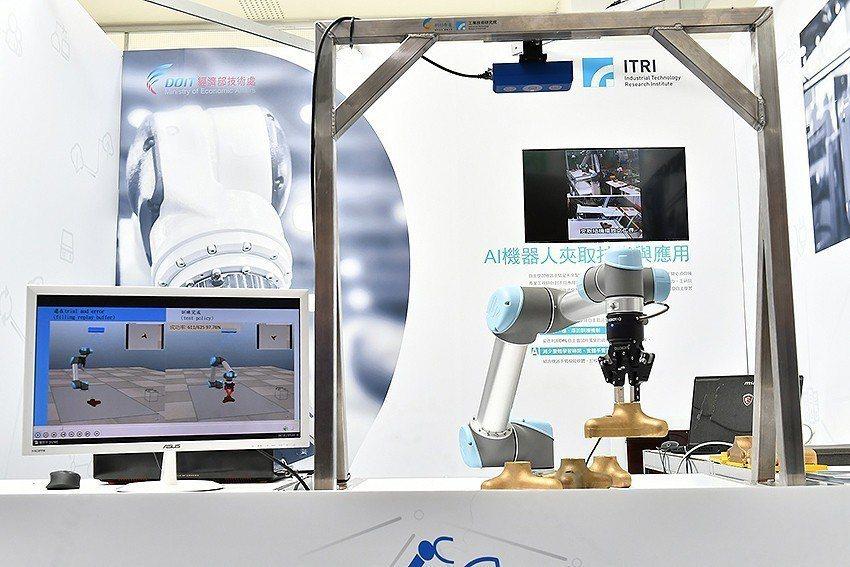 「AI機器人夾取技術」透過自主學習,可讓機器手臂在短短12小時學會夾取不同形狀與...