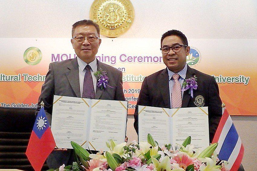 臺灣農科院院長陳建斌(左)與泰國國立農業大學副校長Kampanart簽訂農業科技...
