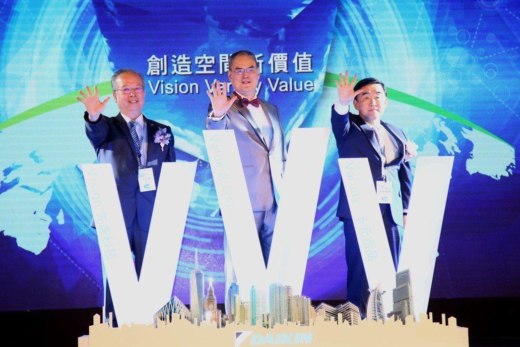 發表會以3個勝利V主軸,由日本大金工業全球戰略本部長峯野義博(右起)、和泰大金董...