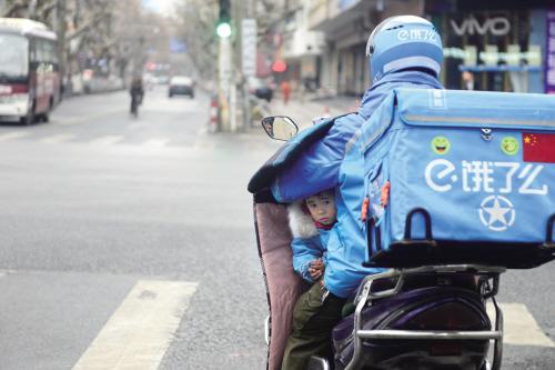 李幫勇騎車一直遵守交通規則,他不敢拿女兒的安全當兒戲。 嘉報集團全媒體視覺中心