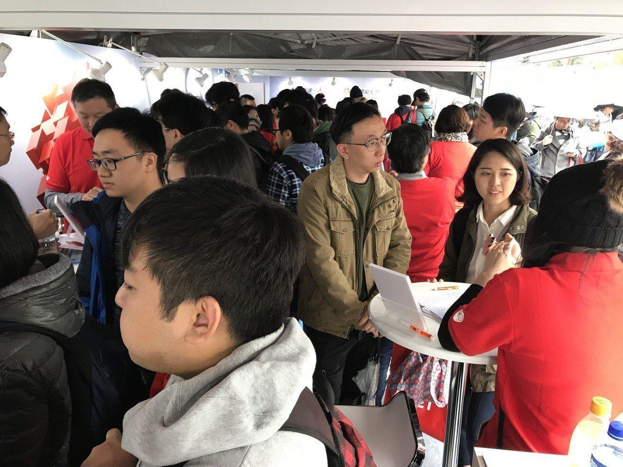 遠傳參加台大就業博覽會,吸引許多參與徵才活動的民眾前往。 圖/遠傳提供
