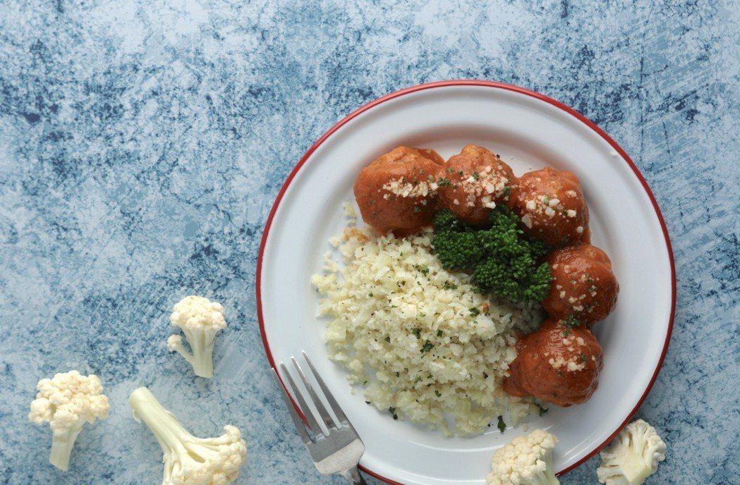 GREEN & SAFE的「安心白花椰米」可與「義式番茄紅藜豬肉丸」搭配食用。 ...