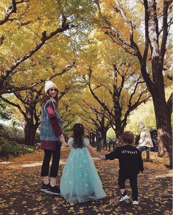 昆凌曾曬過女兒穿著美麗洋裝的照片。圖/擷自IG