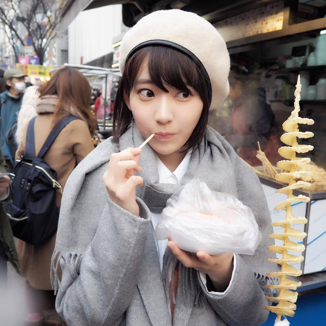 日本女團HKT48的「小櫻花」宮脇咲良,目前以限定組合團體IZ*ONE在韓國發展...