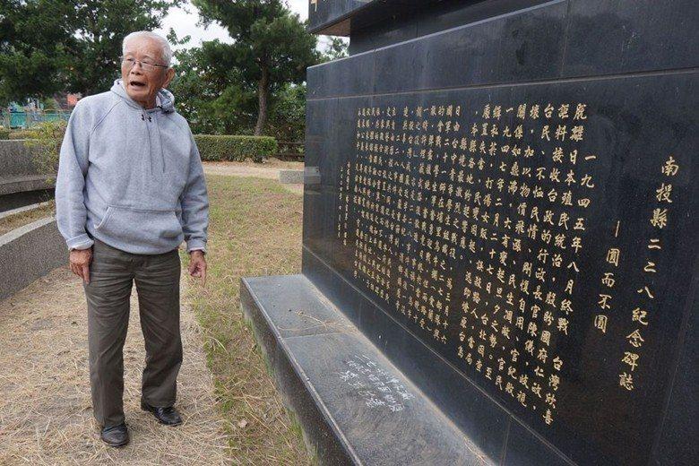 二七部隊警備隊長黃金島,在烏牛欄戰役紀念碑前追憶歷史。 圖/聯合報系資料照