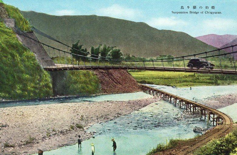 1930年代的烏牛欄吊橋明信片,此處即為二二八事件烏牛欄之役戰場。 圖/烏牛欄之...