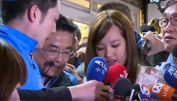 韓冰幫三重立委補選參選人鄭世維輔選,接受媒體訪問時,在場人士一擁而上,現場一度擠...