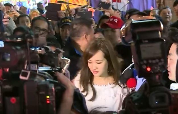 因為現場人潮實在太多太擠,韓冰疑似受到驚嚇,一度失去笑容。圖/取自udn TV