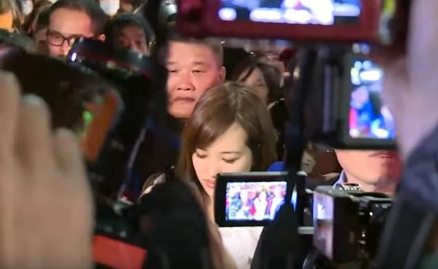 網友看到韓冰表情後後紛紛留言「讓人心疼」、「這能走路嗎?」圖/取自udn TV