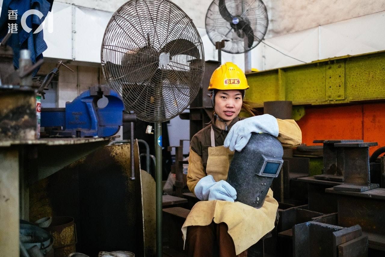 燒焊工楊華釵從福建嫁到香港後,決意跟丈夫一同當上燒焊工。香港01記者盧翊銘/攝影