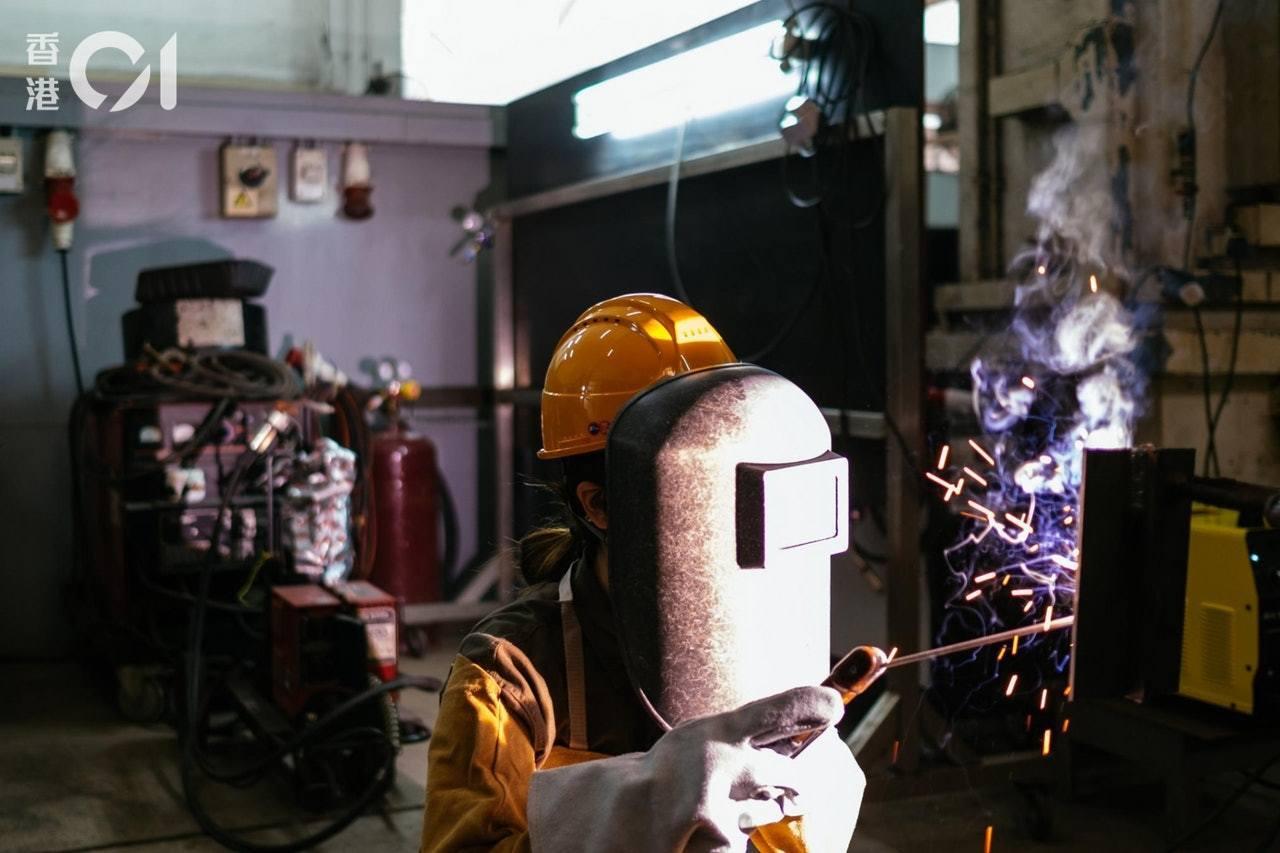 楊華釵自嘲自己是「天生燒焊工」,火花濺手不退縮。香港01記者盧翊銘/攝影