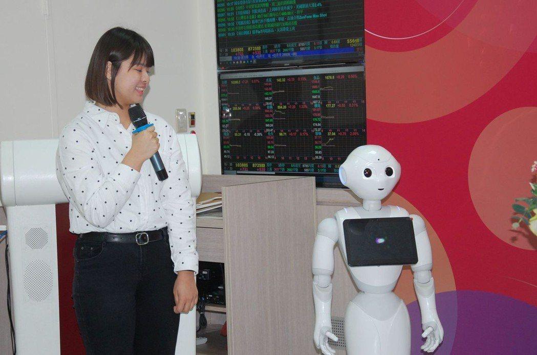 學生操作理財機器人功能,獲與會貴賓好評。 莊玉隆/攝影