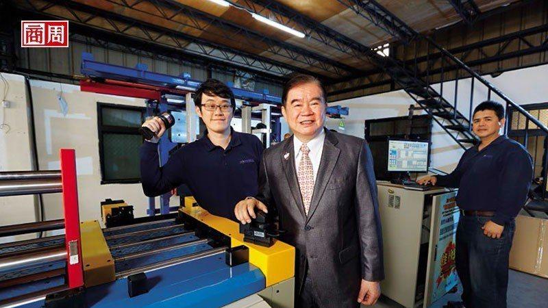 蕭文龍(中)與大兒子蕭皕成(左),正透過將手中的自動夾模器結合電腦、自動搬運車等...