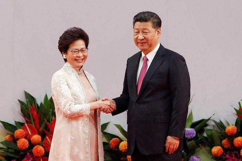 香港特別行政區行政長官林鄭月娥(左)與中國國家主席習近平(右)。 圖/路透社