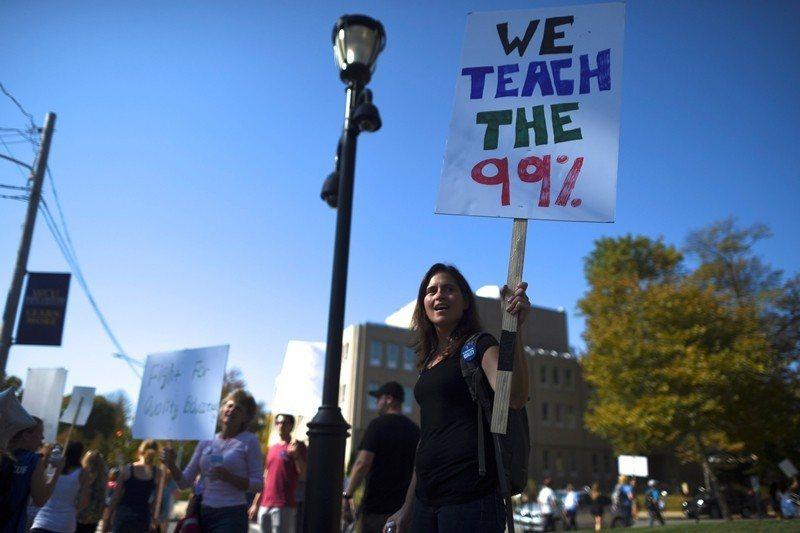 圖為2016年美國賓州師生罷工,控訴臨時教職的不平等勞資協議。 圖/路透社