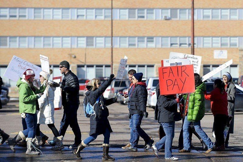 圖為2019年2月12日,美國科羅拉多州丹佛市教師罷工。 圖/法新社