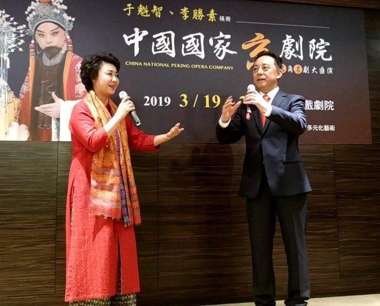 在月琴、二弦等樂器的伴奏聲中,京劇演員于魁智(右)、李勝素(左)唱起《四郎探母》...
