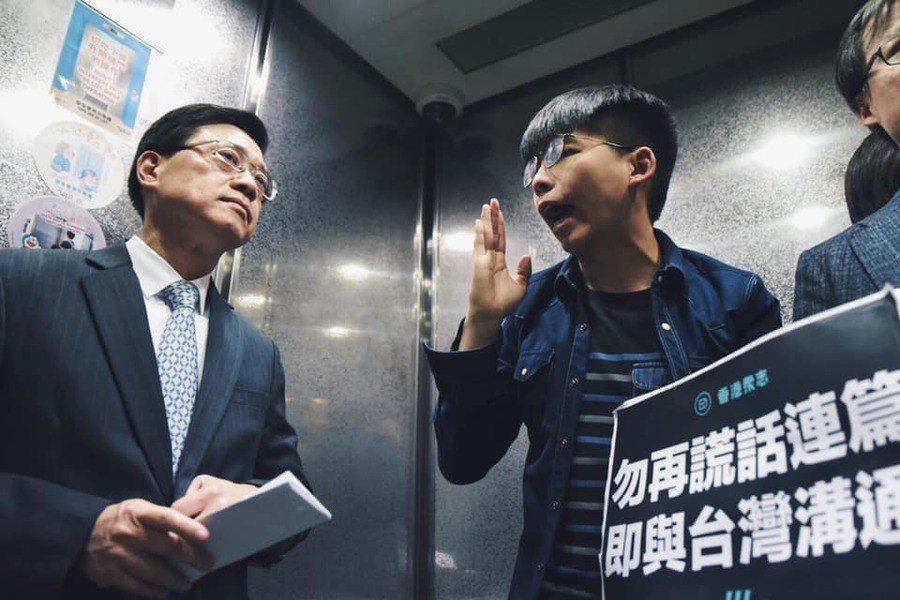 李家超13日向媒體說明修法時,香港眾志黃之鋒等人也到場示威,要求撤回修法並跟台方...