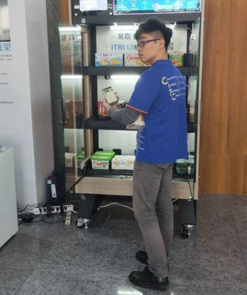 工研院在會場展示AI智慧貨架服務,只要從展櫃拿下產品,即可在手機上自動結帳。(P...