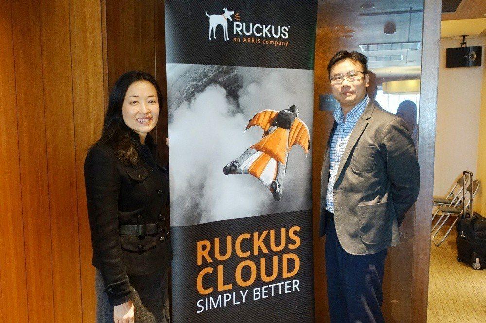Ruckus Networks台灣、香港暨澳門總經理許慧嫻 (左)與技術經理李棟...