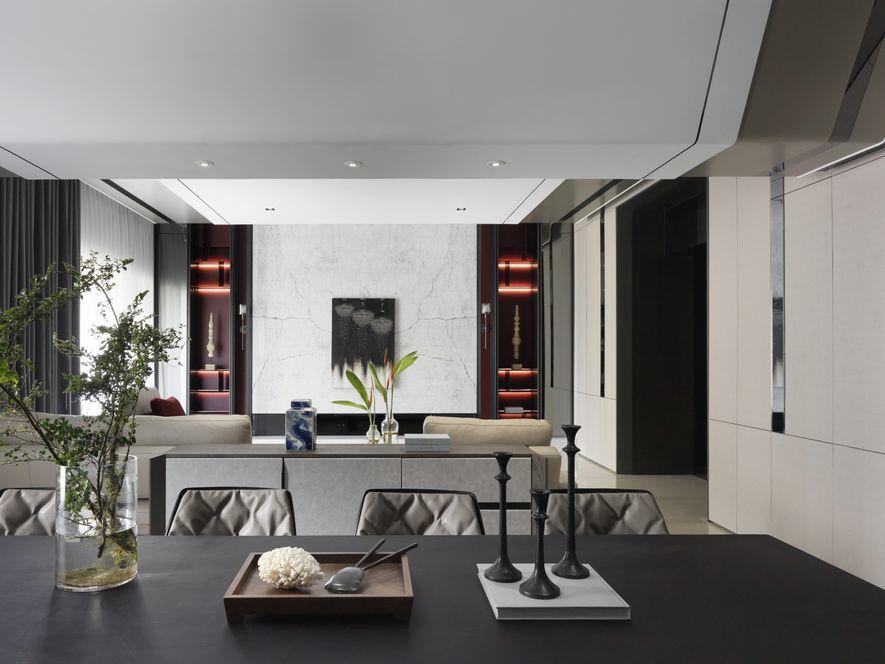 (圖)電視牆兩端同樣規劃嵌入式壁櫃,濃郁的紅色襯底形塑和諧且強烈的意象。